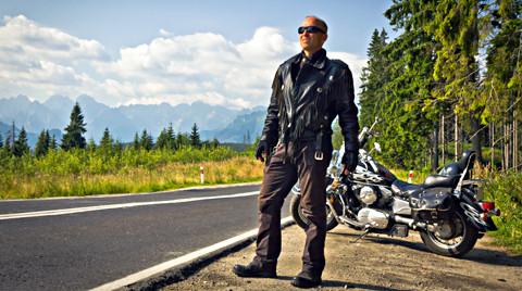 Die Strecken entlang der Berge und Wälder sind optimal für ausgiebige Motorradtouren. Foto: © istock.com/ewg3D