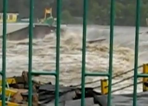 Der Damm am Witka-Stausee bricht