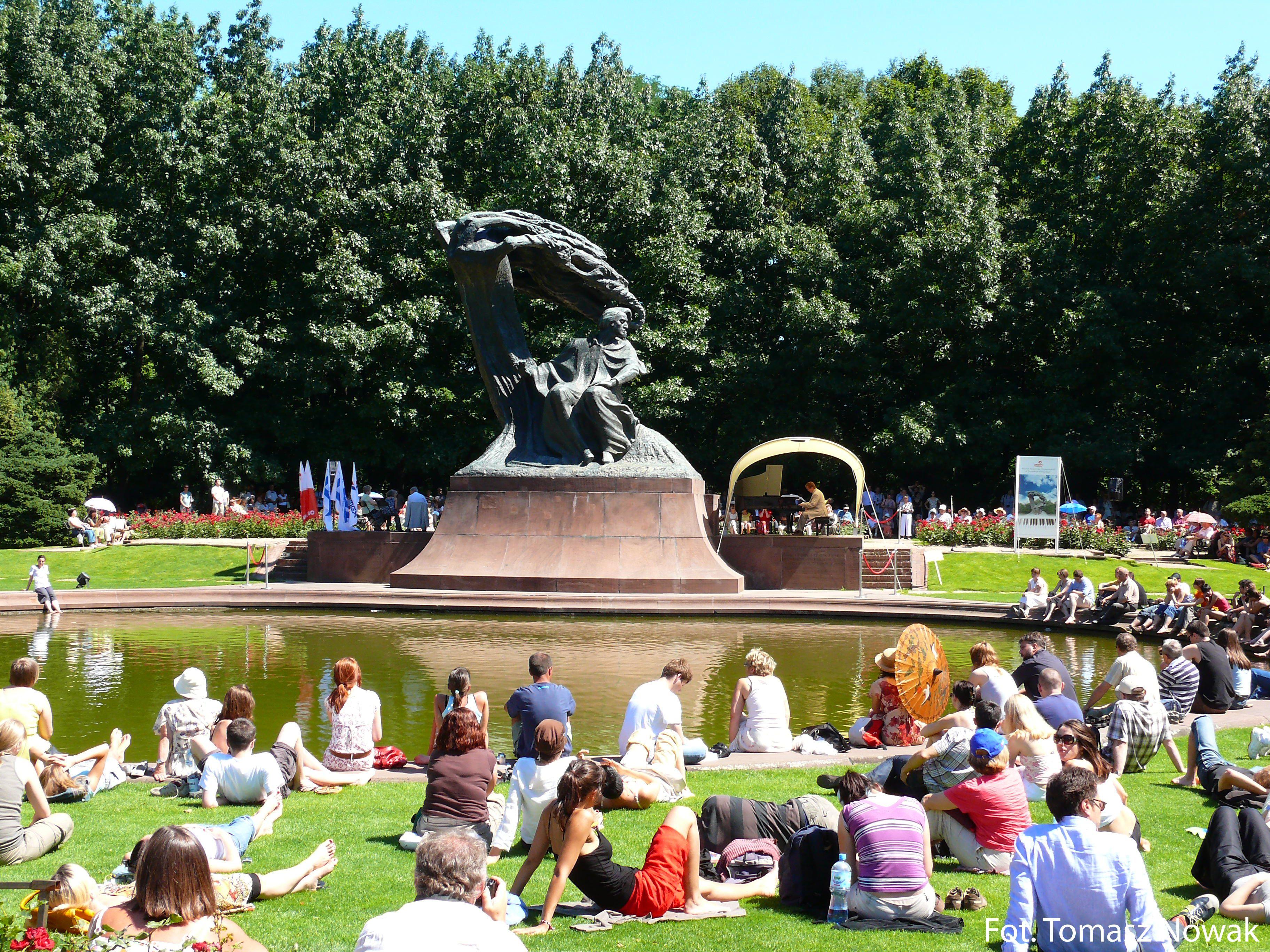 Musik in Warschau – Konzert vor dem Chopin-Denkmal (Foto: Tomasz Nowak, Polnisches Fremdenverkahrsamt)