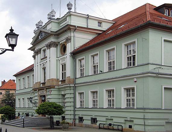 Rathaus von Kowary am Marktplatz, dem ersten Konzertort des Opernfestivals, Foto: Piom, CC BY-SA 3.0